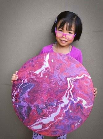 Bé gái 5 tuổi bán tranh làm từ thiện