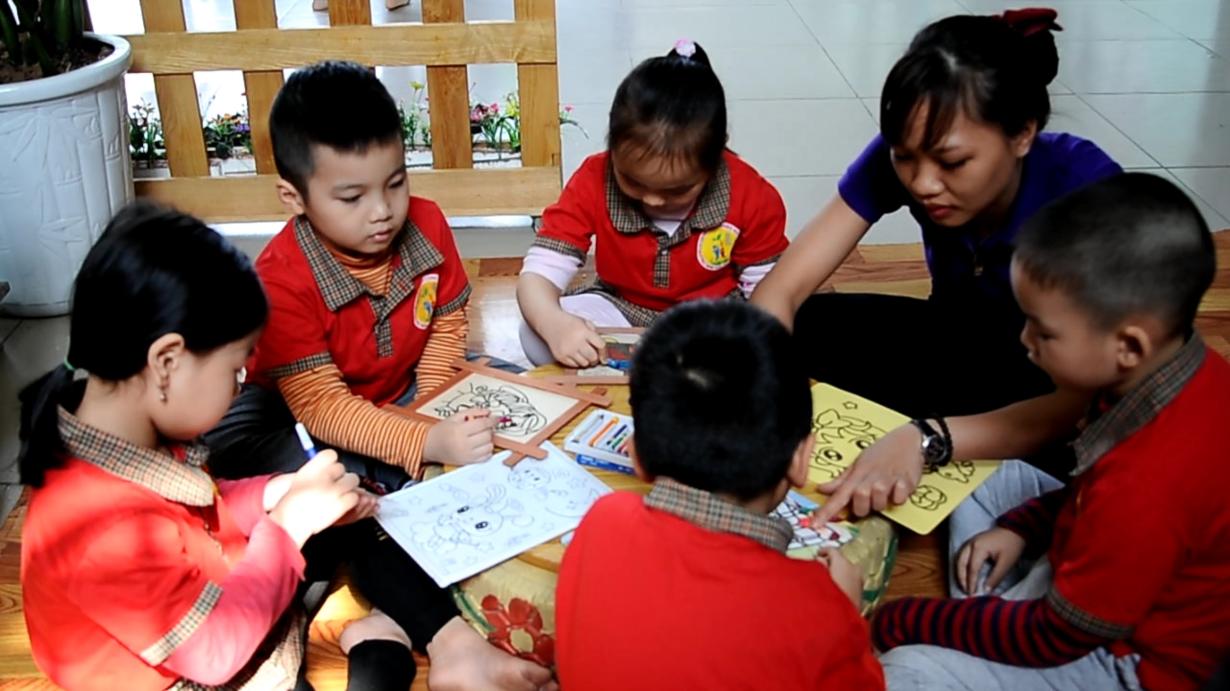 Cô Lan Anh cùng học sinh của mình trong một tiết học tạo hình