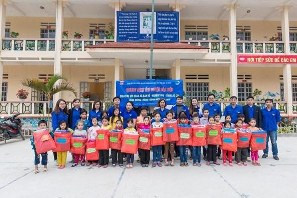 Cô Lan Anh (Thứ 2 bên trái sang) cùng các đoàn viên chi đoàn phường Giang Biên  trong chuyến đi tình nguyện tại Lào Cai